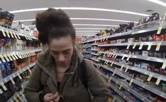 Panelė buvo pagauta vagiant parduotuvėje. Atvykęs pareigūnas įteikė jai draudimą lankytis parduotuvėje, tačiau išeidamas pasielgė labai netikėtai